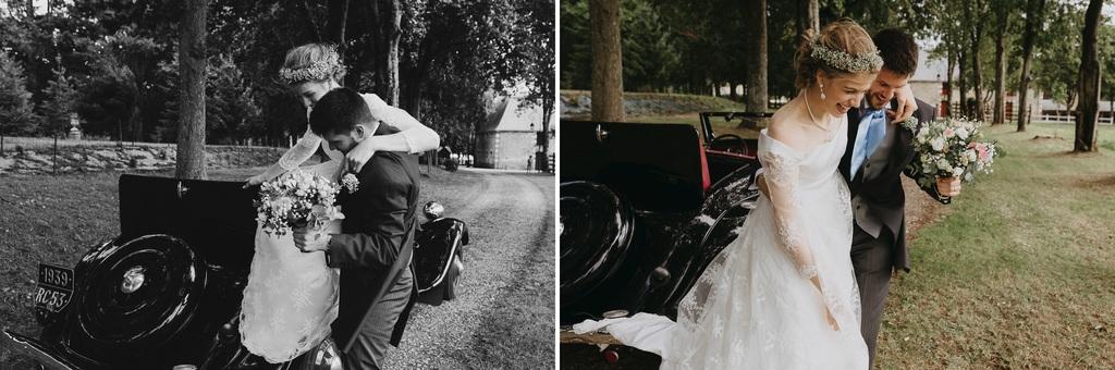 mariés descendent voiture allée arbres parc