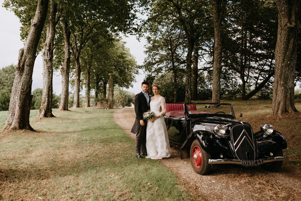 couple mariés allée arbre traction Citroën