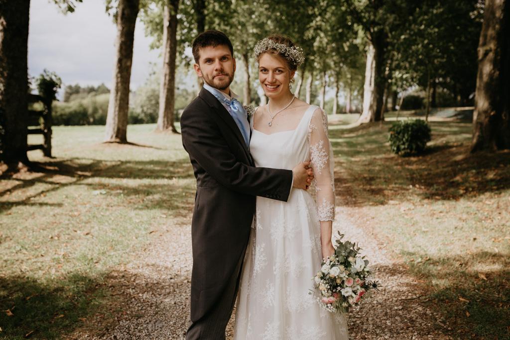 mariés couple sourient enlacés