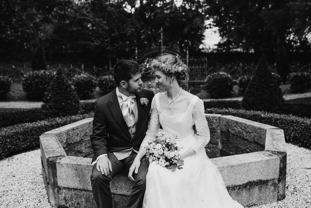couple séance photo mariage fontaine noir et blanc château