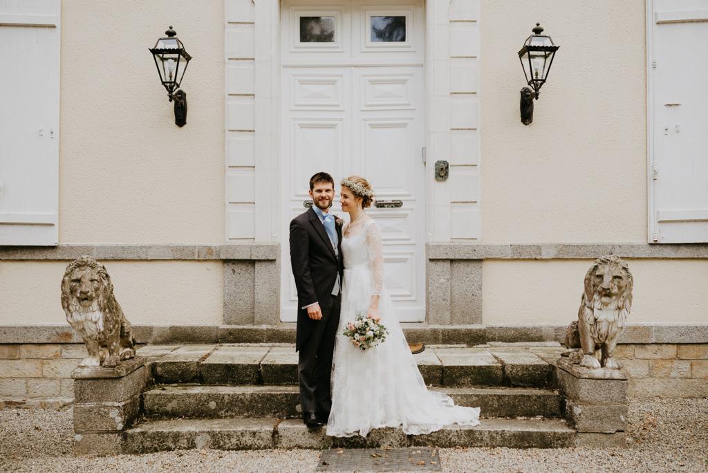 mariage Mayenne perron château couple sourit escalier