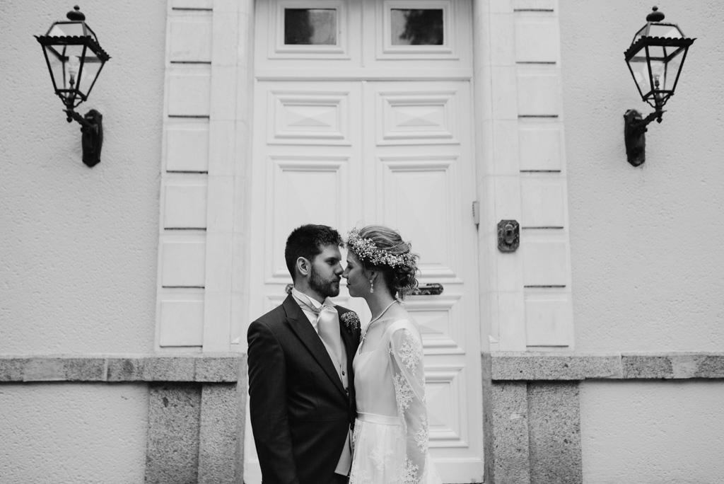 couple s'embrasse noir et blanc château