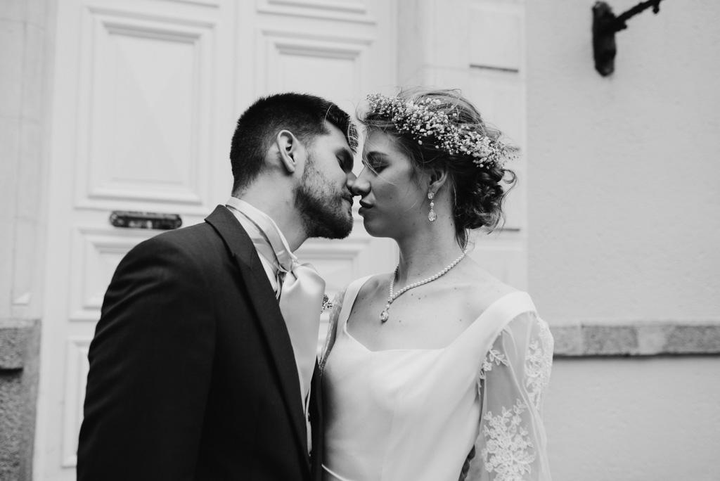 couple s'embrasse porte château