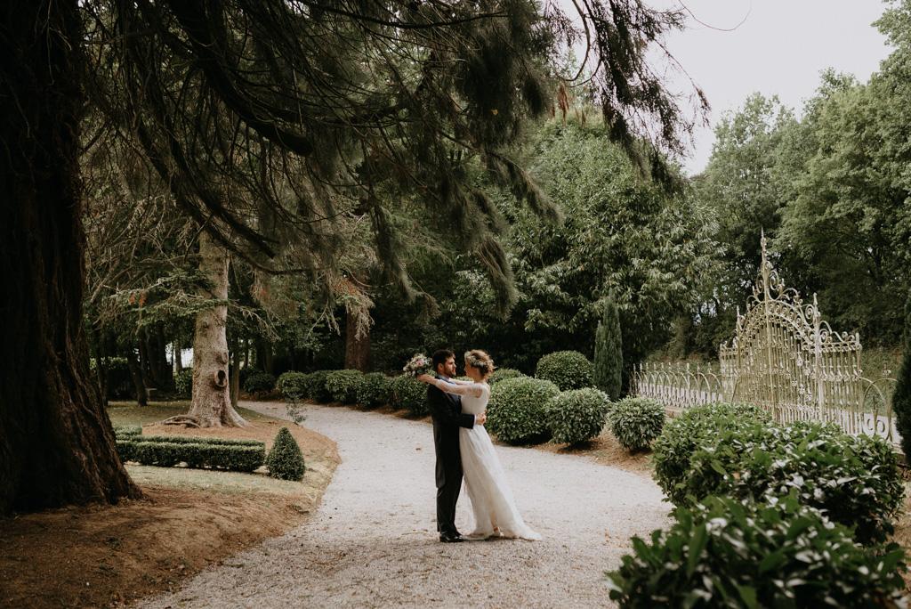mariage Mayenne couple arbre grille château