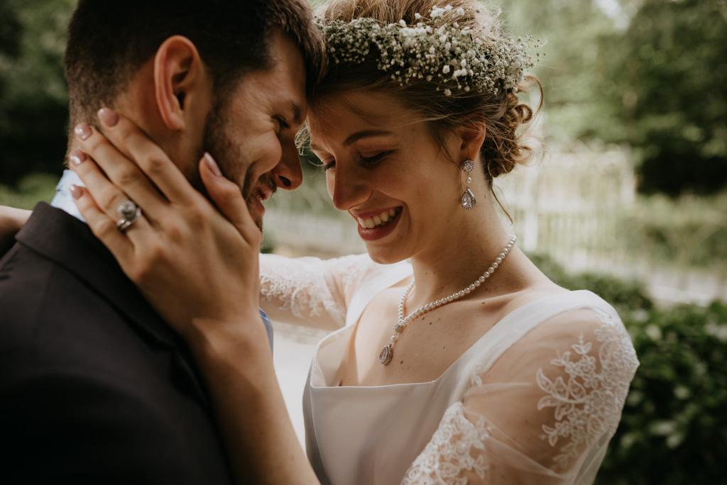 mariage Mayenne couple rigole main sur le cou