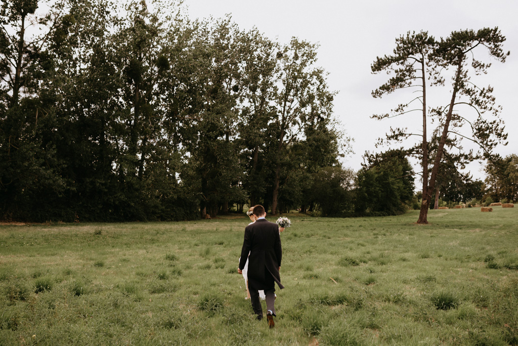 arbres champ couple mariés marchent