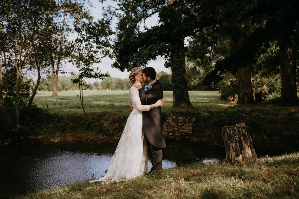 couple étang arbres s'embrasse