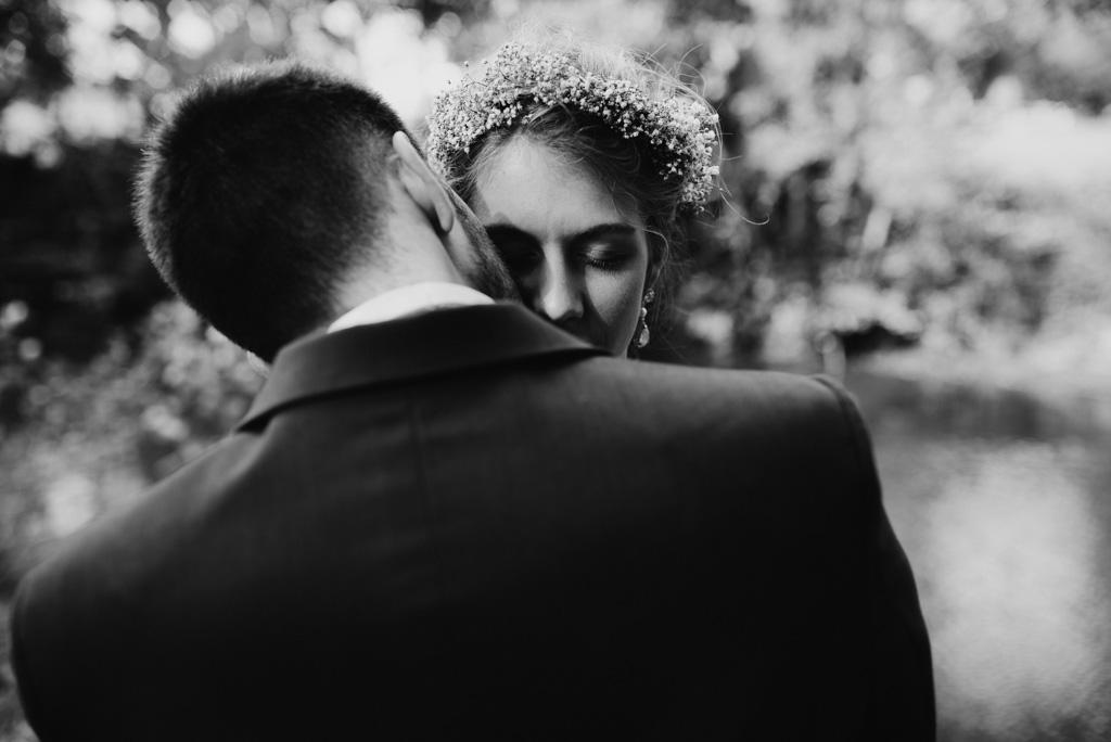 mariage Mayenne couple bisou embrasser noir et blanc