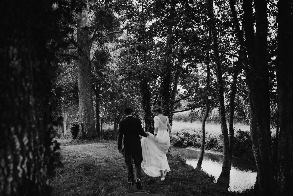 mariés marchent cocktail noir et blanc