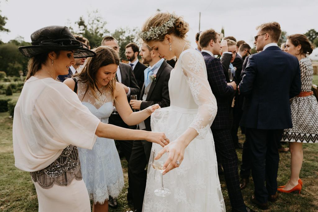 robe invités regardent dentelle