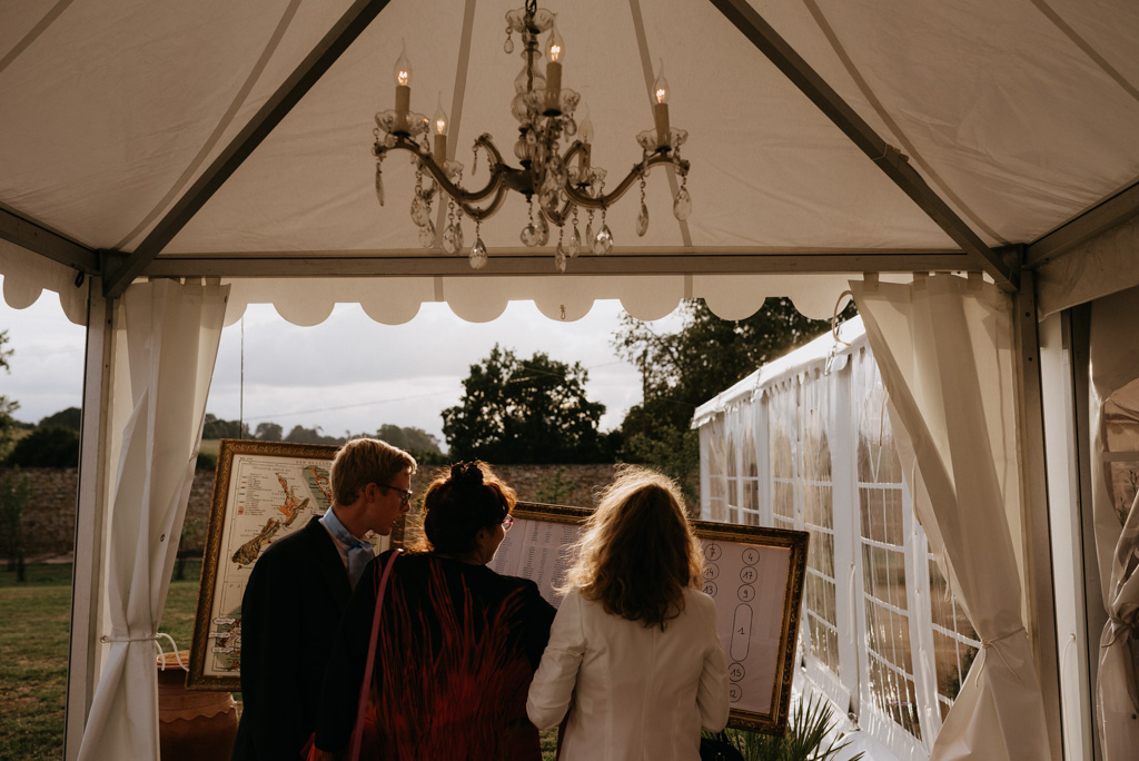 plan de table mariage tente cadres lustre