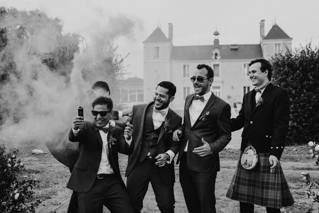 mariage Sébrandière fumigène témoins mariés rigolent rire noir et blanc