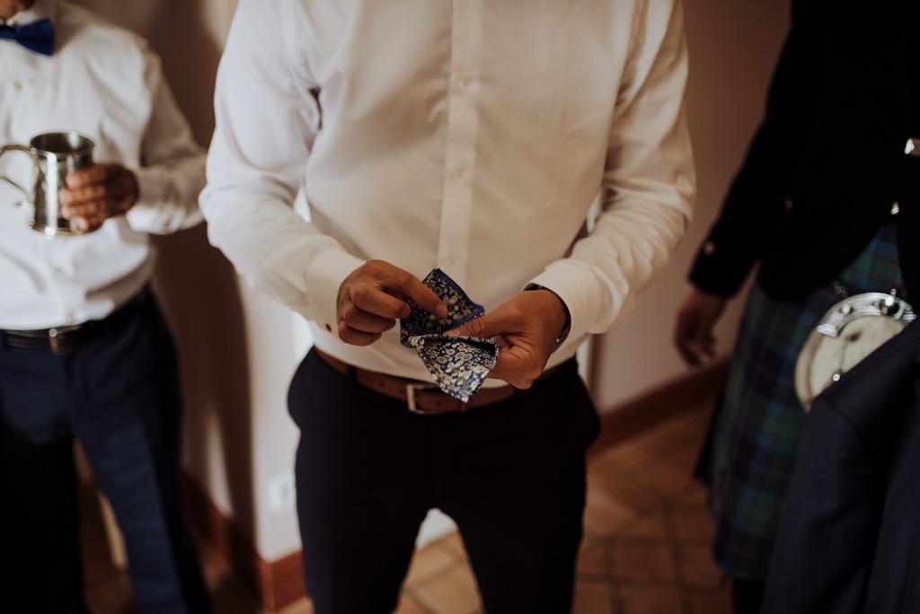 pochette costume marié pliage forme témoin