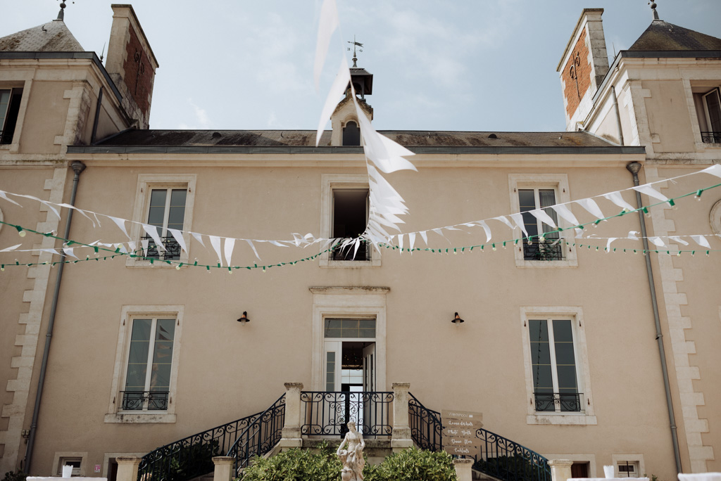 mariage Vendée fanion château sébrandière vent soleil ciel bleu