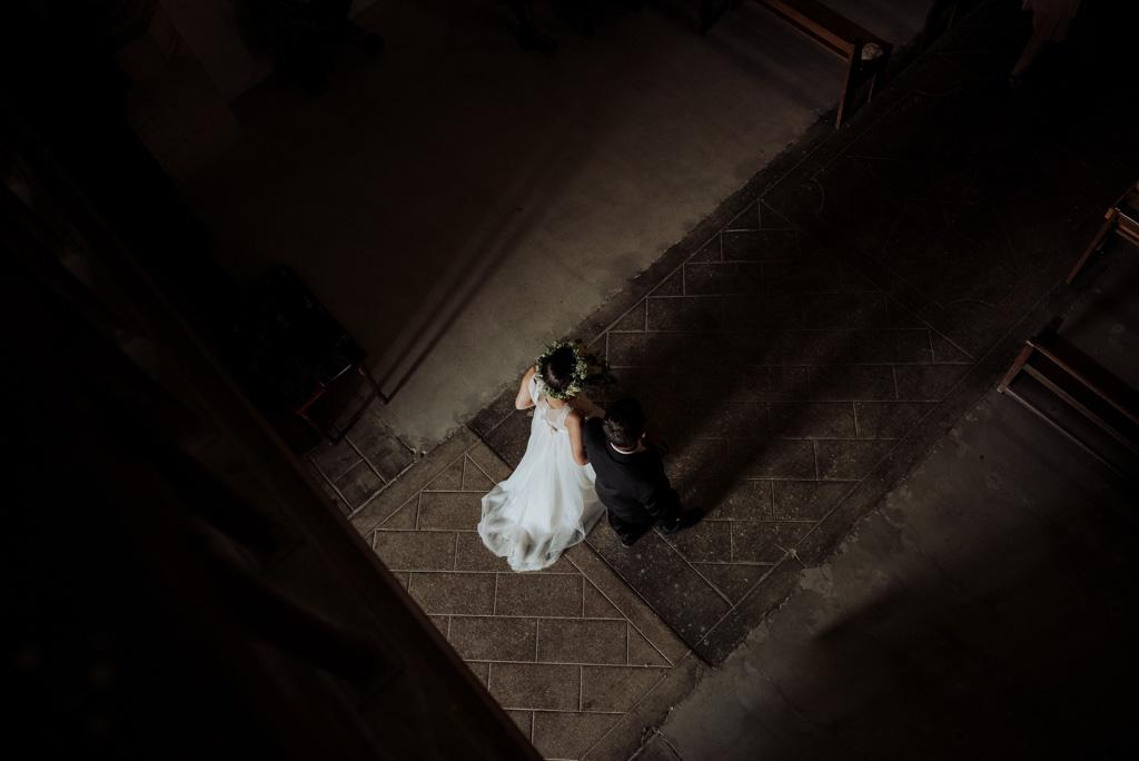 entrée mariée église clair-obscur