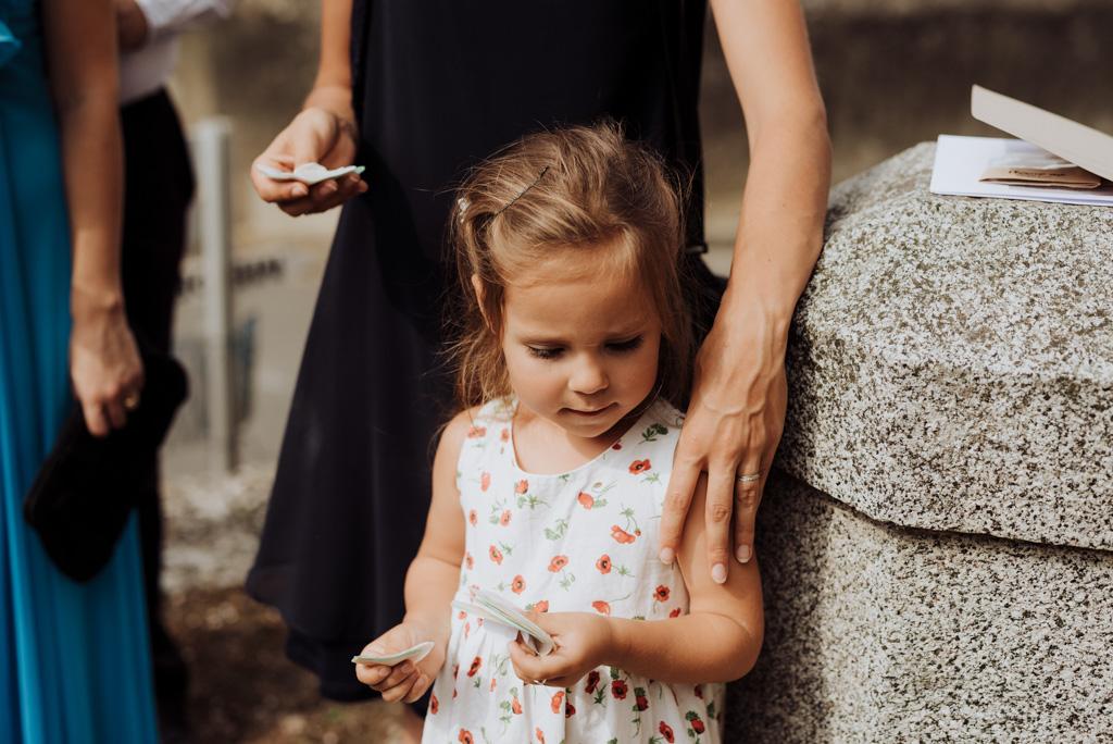 petite fille sortie église cotillons