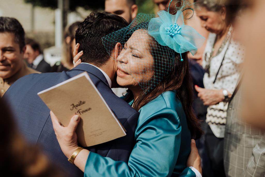 embrassage félicitations sortie église