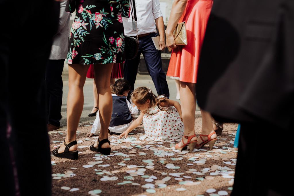 enfants ramassent cotillons sortie église