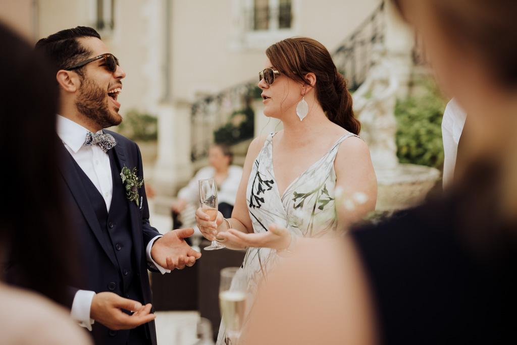 marié rigole château mariage cocktail