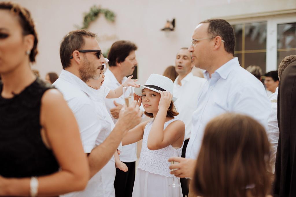 invités enfants regardent chapeau