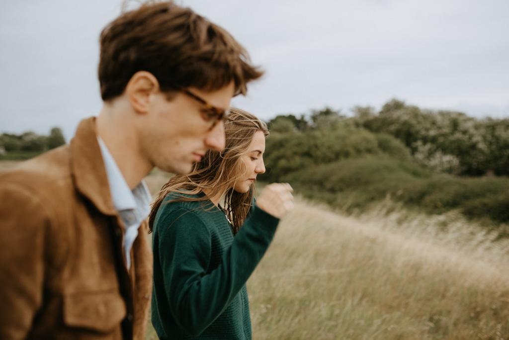 couple marche séance engagement dune