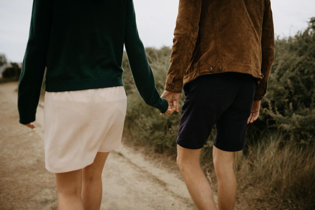 main dans la main couple engagement marche