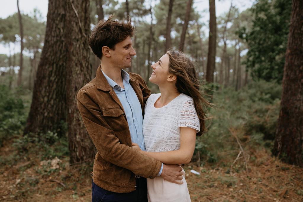 couple se regarde sourit pins arbres Pont-Mahé