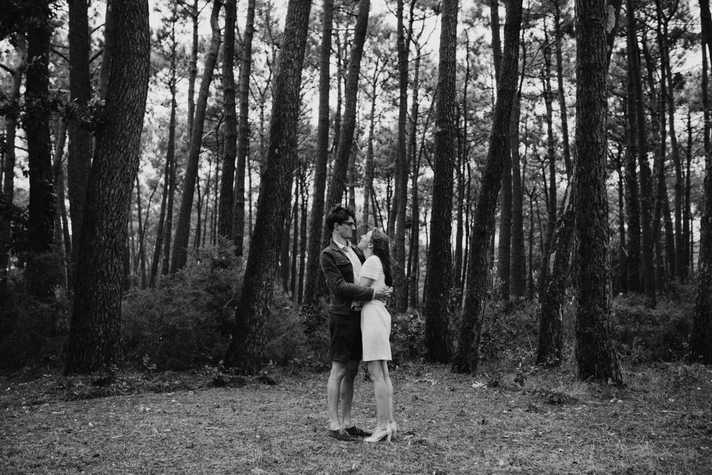 couple se regarde arbres grands noir et blanc Assérac