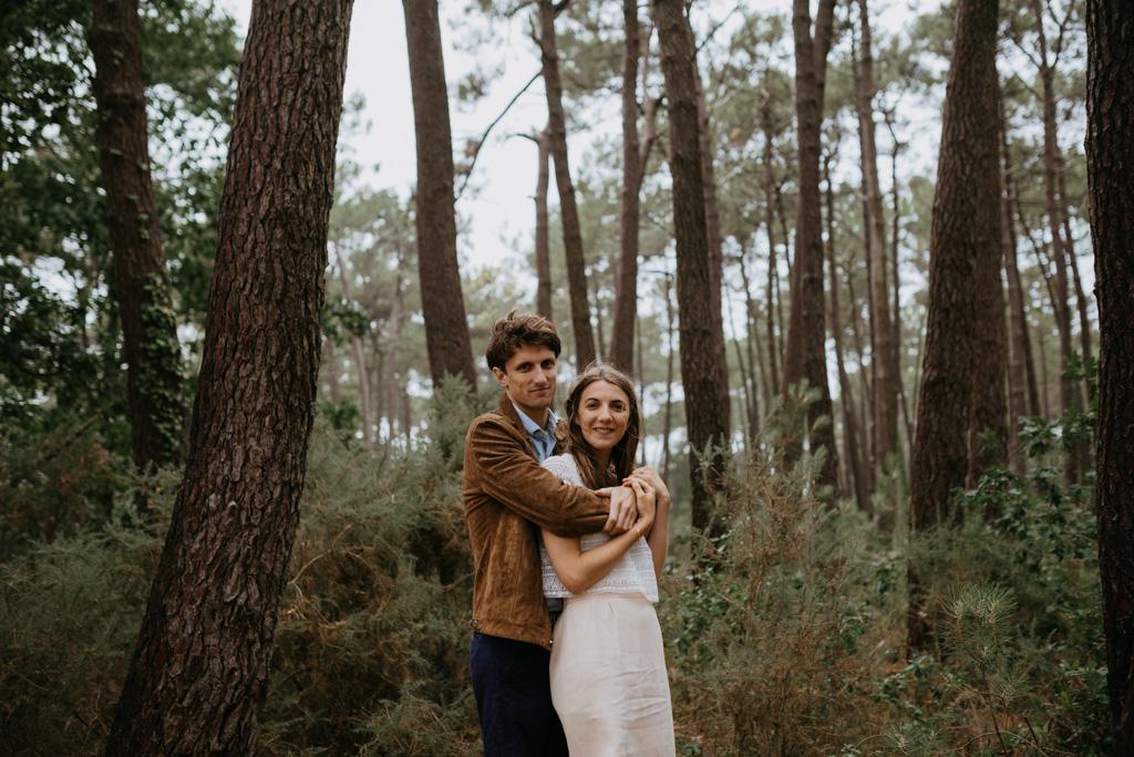couple enlacé bras arbres sourire Pont-Mahé