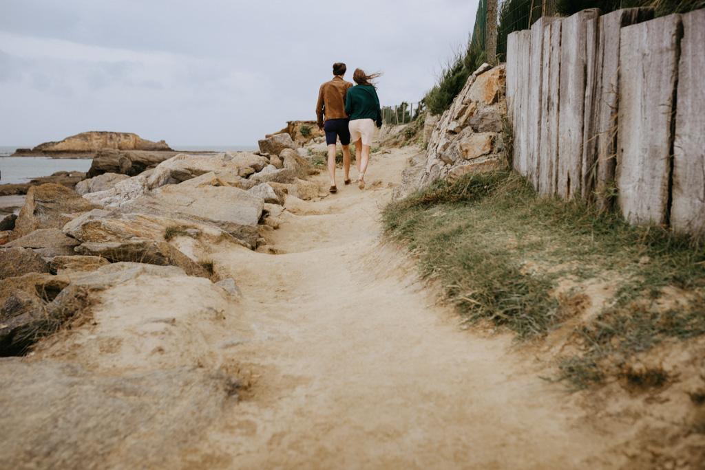 Pointe du Bile séance engagement couple chemin rochers
