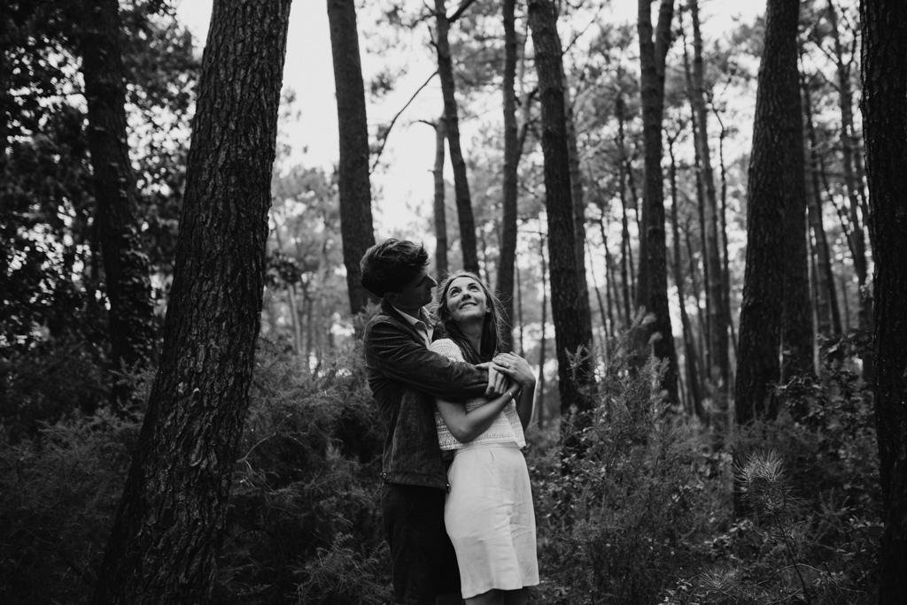sourire couple arbre snoir et blanc