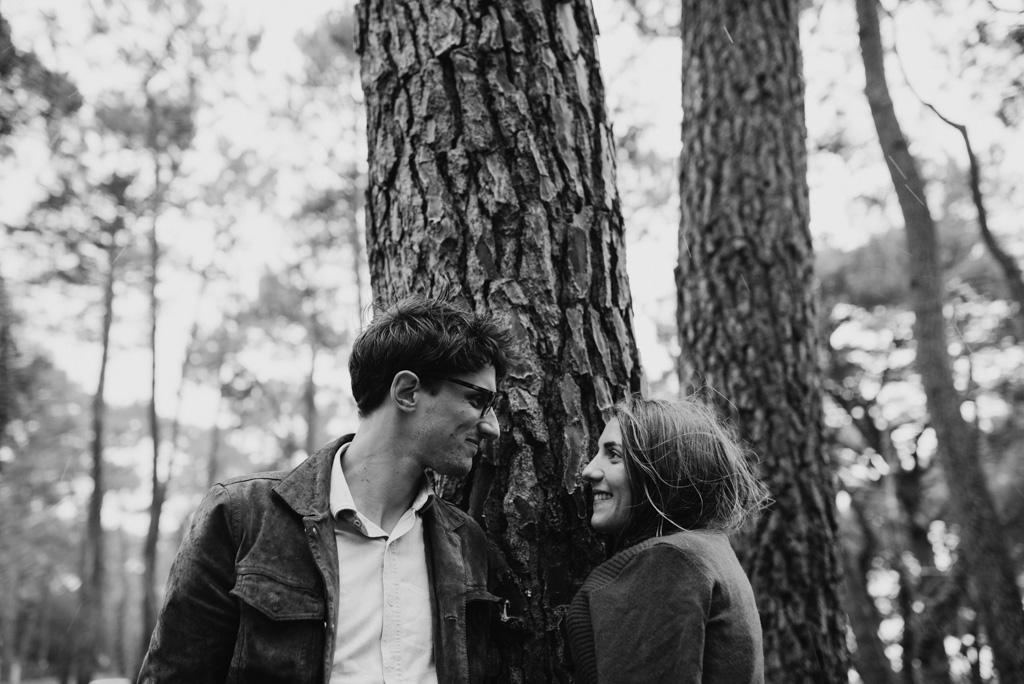 séance engagement Assérac rire couple arbres noir et blanc tronc écorce baie de Pont-Mahé