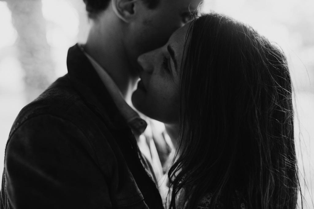 couple enlacé romantique noir et blanc
