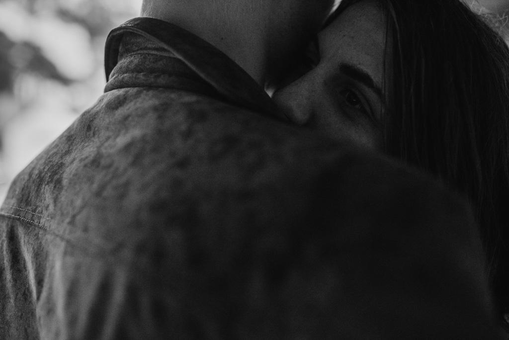 couple serré froid veste pluie noir et blanc Pont-Mahé