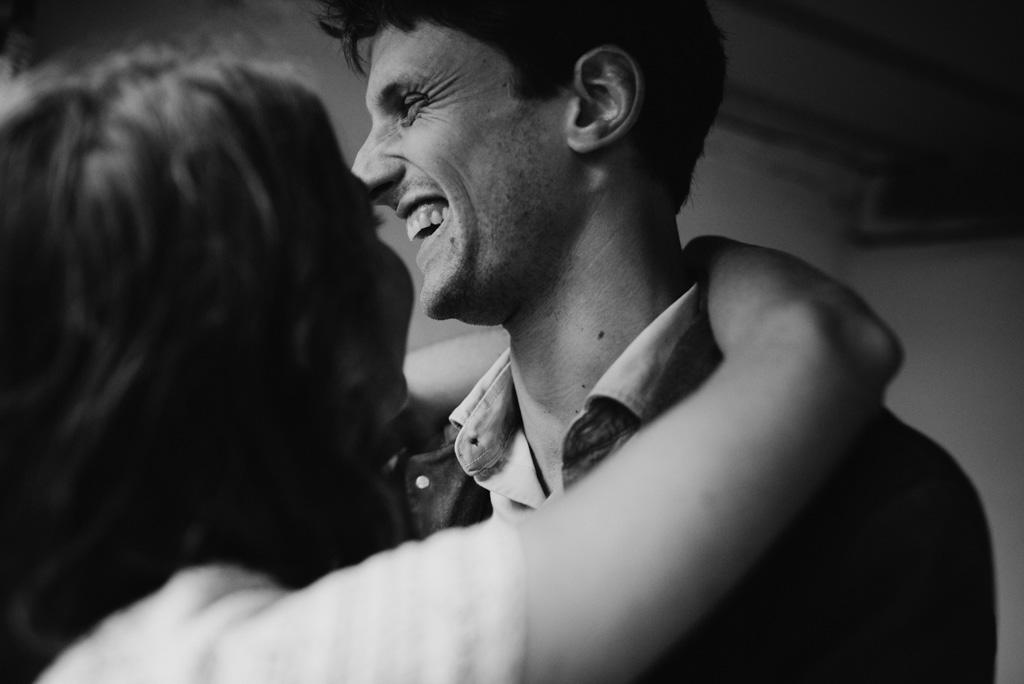 rire séance engagement noir et blanc couple bras