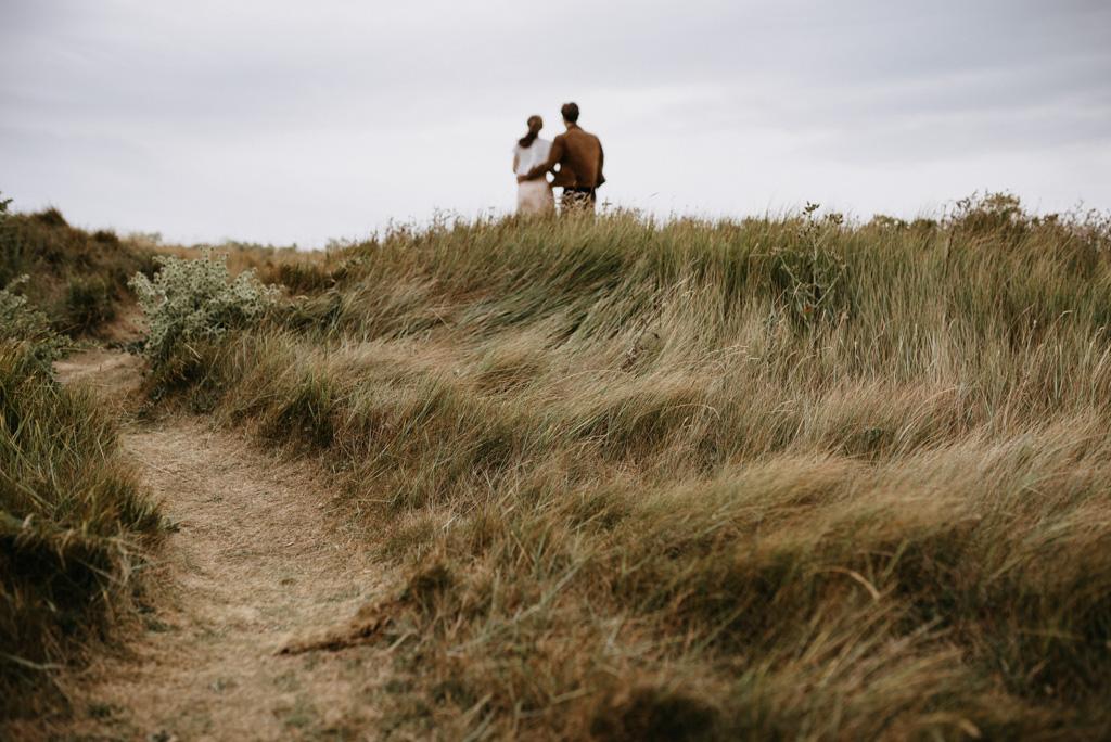 couple côte engagement herbes vent Morbihan nuages