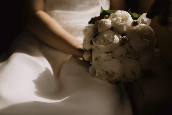 bouquet mariée clair-obscur pivoines