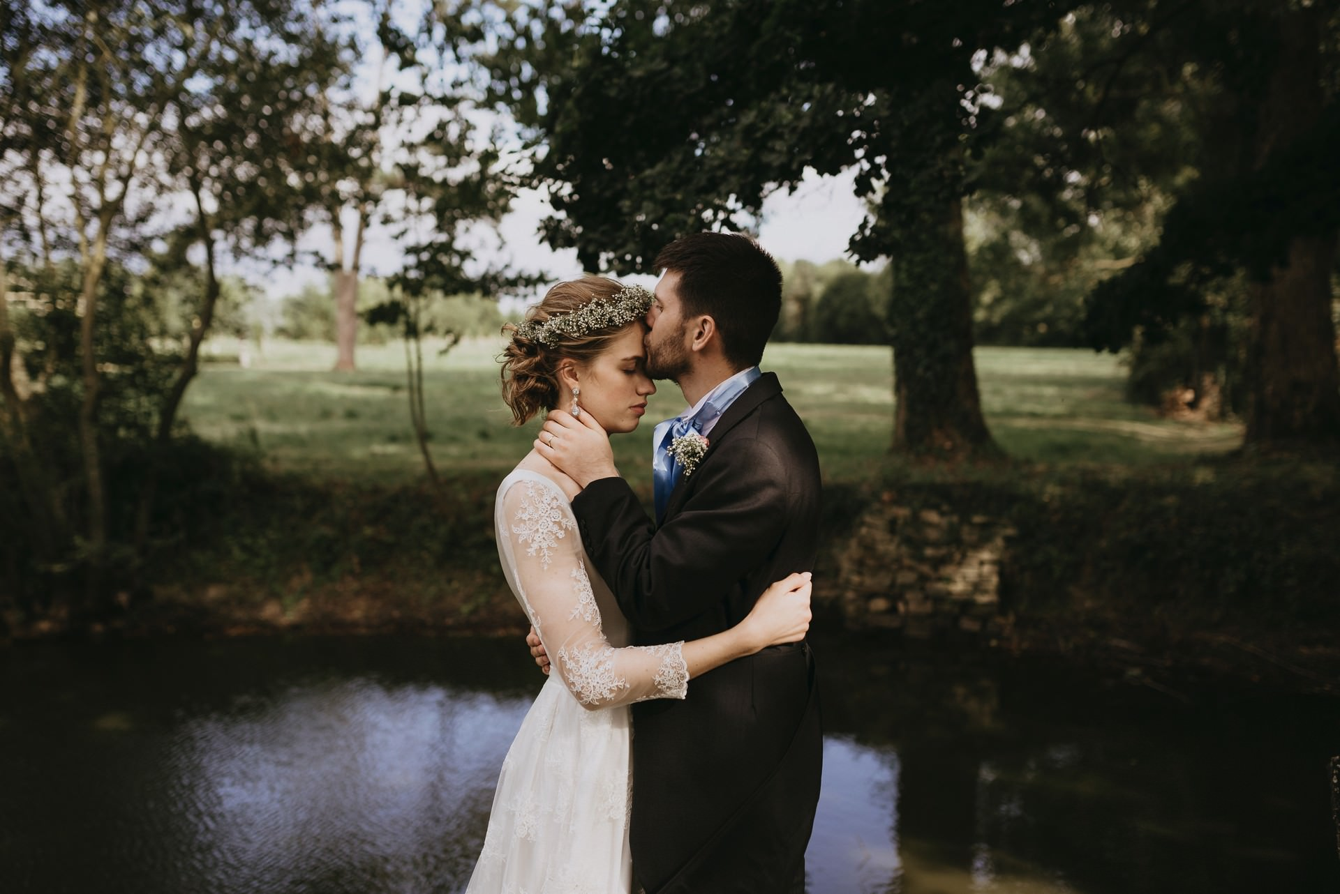 mariés étang arbres embrasser couple
