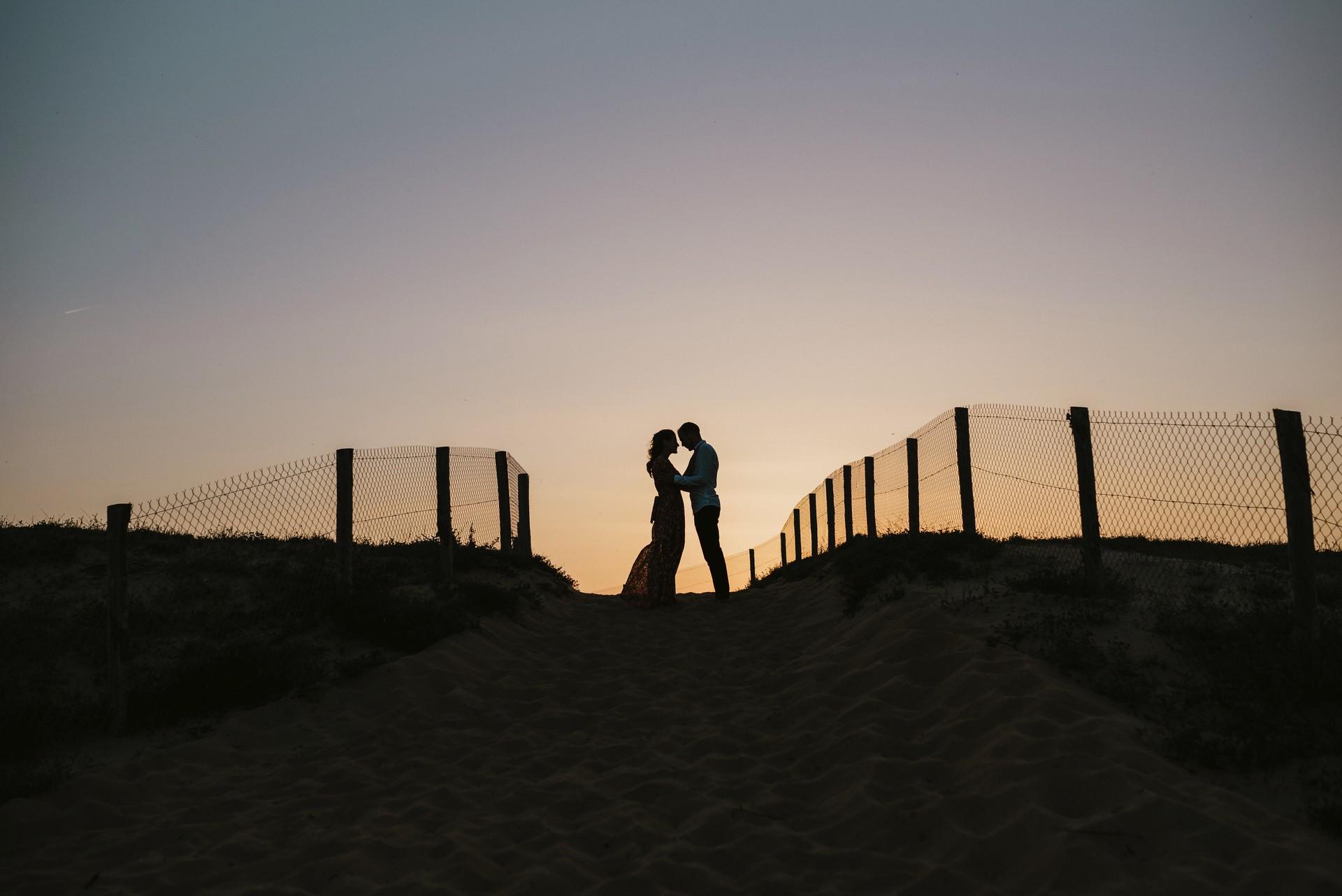 séance engagement couple dune plage contre-jour coucher de soleil