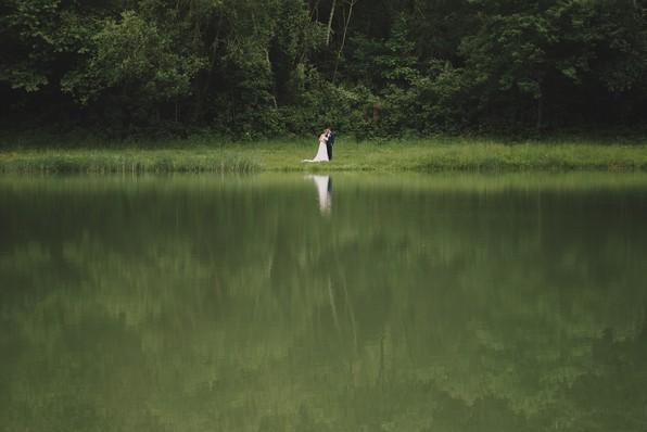 mariés reflet étang arbre seuls isolés