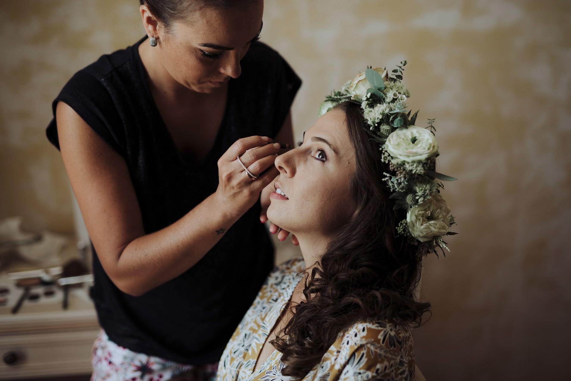 préparatifs mariée couronne fleurs maquillage