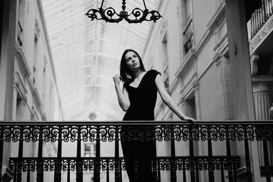 Modèle portrait photo passage Pommeraye Nantes rambarde anouk aimée