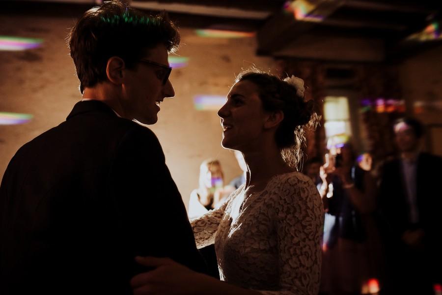 preière danse mariés regard contre-jour