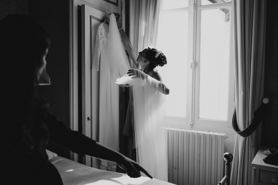 robe mariée lumière fenêtre getting ready