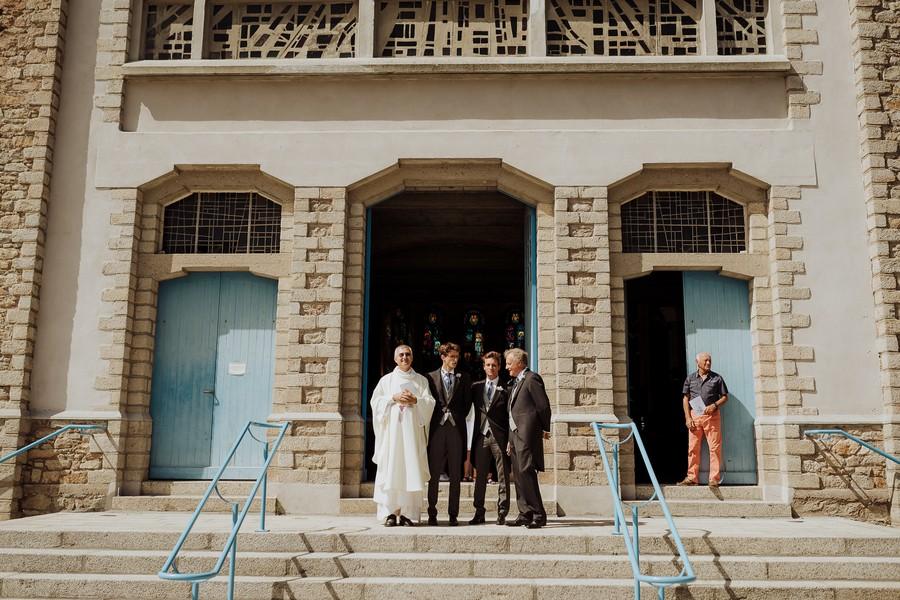 entrée église marié témoins père attendent