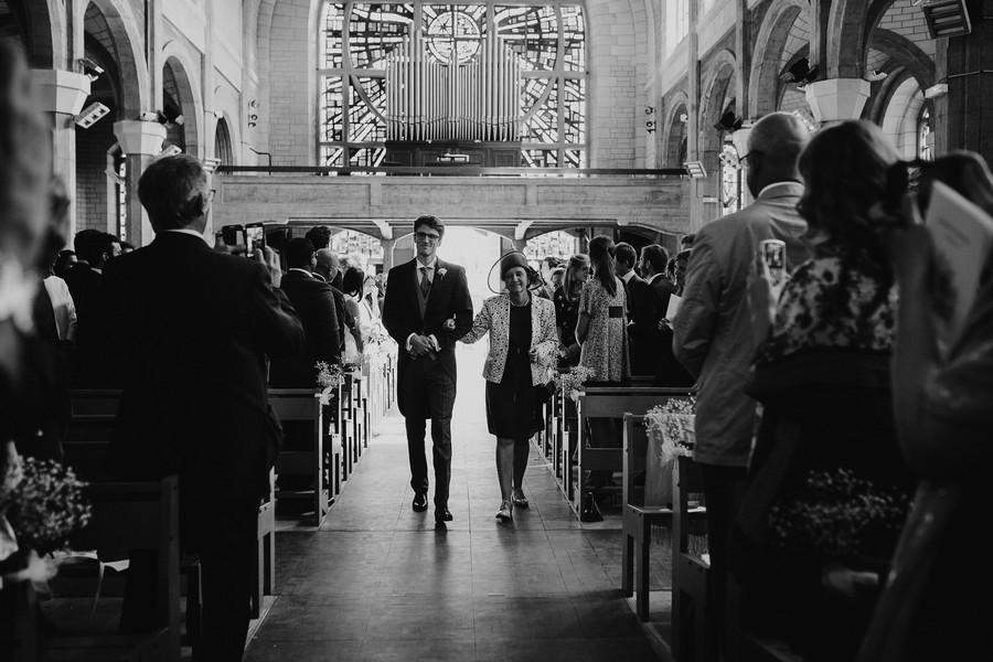 entrée marié église noir blanc maman