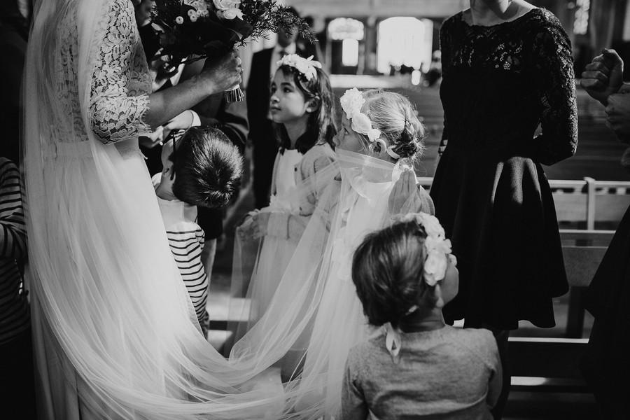 enfant fille joue avec voile mariée