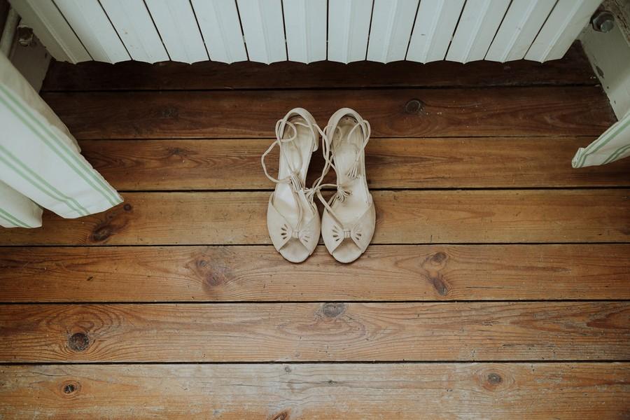 chaussure mariée préparatifs parquet bois