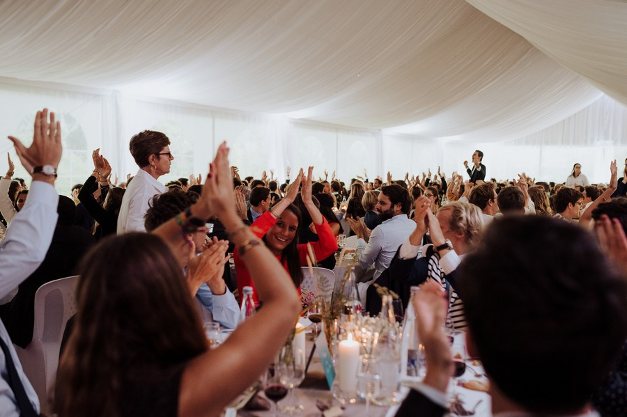 mains levées dîner invités