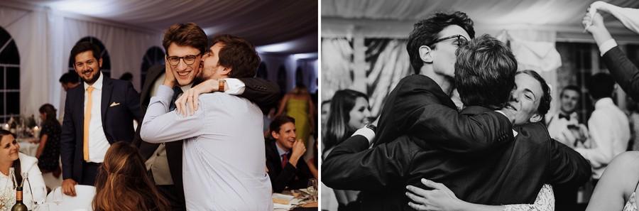 mariés embrassent famille discours mariage